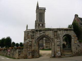 800px-Eglise-saint-jean-du-doigt-2-09-2005